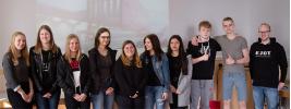 Die Schüler der Q1 informieren sich am Stand der Firma EJOT bei Ausbildungsleiter Andreas Kurth.