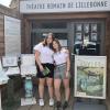 Chiara Becker und Naomi Eggert vor dem römischen Amphitheater